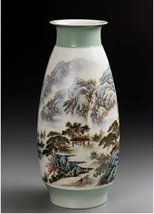 《烟江晓泛》粉彩装饰瓷瓶